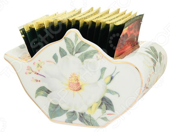 Подставка сервировочная под чайные пакетики Elan Gallery «Белый шиповник»Чайные аксессуары<br>Подставка под чайные пакетики Elan Gallery Белый шиповник идеально подходит для сервировки как праздничного застолья, так и ужина в тихом и уютном домашнем кругу. Представленную модель также можно использовать в качестве сервировочной посуды в местах общественного питания. Подставка довольно вместительна. Она выполнена в виде милого чайничка и дополнена цветочным рисунком, что позволит разбавить и украсить обстановку. Такая вещица не останется незамеченной и будет по достоинству оценена и членами вашей семьи, и гостями. Подставка изготовлена из высококачественной керамики. Этот материал издавна вошел в обиход человека, ведь его главными свойствами являются натуральность и экологичность. Интересная форма и использованная цветовая гамма изделия, придадут вашему чаепитию еще большей гармонии, эмоциональной наполненности и добавят нотку романтичности. Преимущества подставки под чайные пакетики Elan Gallery Белый шиповник :  Изготовлена из качественных материалов и дополнена изящным рисунком.  Имеет интересный дизайн, поэтому не останется незамеченной.  Украсит любое чаепитие.  Подойдет в качестве подарка для ваших любимых, родных и близких.<br>