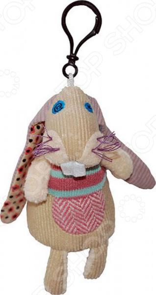 Брелок-мягкая игрушка Les Deglingos LapinosМягкие игрушки<br>Брелок-мягкая игрушка Les Deglingos Lapinos это замечательный подарок для вашего малыша! Забавный зверек станет прекрасным украшением связки ключей, рюкзачка или сумочки. Кролик станет лучшим другом, принесет радость и веселье во время игр, а расставаться с ним не захочется даже перед сном. Игрушка изготовлена из высококачественного текстиля и имеет интересный дизайн. Все материалы абсолютно безвредны для здоровья, не выгорают на солнце и устойчивы к внешним воздействиям. Брелок-мягкая игрушка поможет развить воображение, тактильные навыки, зрительную координацию и мелкую моторику рук. Кроме того, тренируется наблюдательность, образное восприятие и логическое мышление. Оцените преимущества брелка-мягкой игрушки от бренда Les Deglingos:  Подойдет в качестве подарка как детям, так и взрослым.  Выполнен в оригинальном дизайне.  Материалом изготовления служит высококачественный текстиль.<br>