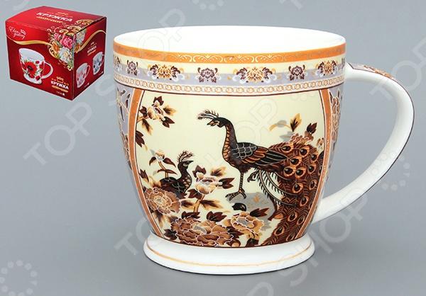 Кружка Elan Gallery «Павлин на бежевом» 730379Кружки. Чашки<br>Кружка Elan Gallery Павлин на бежевом 730379 изготовлена из высококачественной керамики и украшена декоративным рисунком. Заварите крепкий, ароматный кофе или чай в представленной модели, и вы получите заряд бодрости, позитива и энергии на весь день! Классическая форма и яркая цветовая гамма изделия позволят наслаждаться любимым напитком в атмосфере еще большей гармонии и эмоциональной наполненности. Кружка Elan Gallery Павлин на бежевом 730379 является прекрасным подарком для ваших любимых, родных и близких. Внимание! Не рекомендуется применять абразивные моющие средства. Не использовать в микроволновой печи.<br>