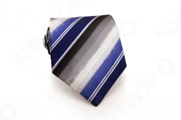 Галстук Mondigo 44302Галстуки. Бабочки. Воротнички<br>Галстук Mondigo 44302 - стильный мужской галстук ручной работы, выполненный из шелка, который обладает хорошими гигиеническими свойствами и особым блеском. Галстук синего цвета, украшен пунктирными линиями по диагонали. Края галстука обработаны лазерным методом. На обратной стороне галстука находится простроченная шелковая нитка, которая позволяет регулировать длину изделию. Такой стильный галстук будет очаровательно смотреться с мужскими рубашками светлых оттенков. Необычный дизайн дополнит деловой стиль и придаст изюминку к образу строгого делового костюма.<br>