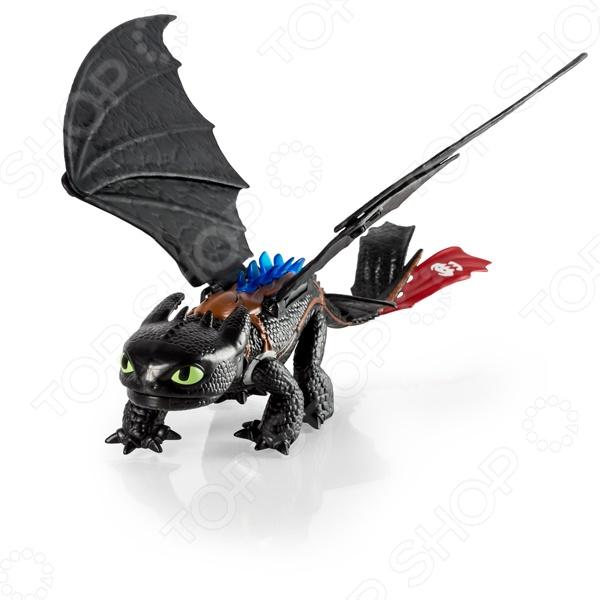 Игрушка со звуковыми и световыми эффектами Dragons «Беззубик»Другие интерактивные игрушки и игры<br>Игрушка со звуковыми и световыми эффектами Dragons Беззубик превосходно выполненная модель дракона главного персонажа из мультфильма Как приручить дракона . Игрушка оснащена некоторыми функциями, благодаря которым игра с ней становится увлекательней. Дракон имеет подвижные челюсти и другие части тела, пасть и спина этого дракона излучает синеватое свечение. Если потянуть игрушку за хвост, то из пасти Беззубика выстрелит диск, а если поднести руку к его голове, то услышите грозный рык. С этой фигуркой можно устроить невероятные баталии и побывать в захватывающих приключениях прямо у себя дома.<br>