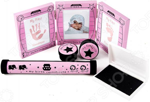 Набор подарочный детский 66528Другие товары для матери и ребенка<br>Набор подарочный детский 66528 чудесный комплект для малыша и всей его семьи. Благодаря ему родители смогут надежно сохранить ценнейшие воспоминания и моменты из детства их любимого чада. Набор представлен в розовой расцветке, поэтому он отлично подойдет для вашей маленькой принцессы. В комплекте:  шкатулка для свидетельства о рождении;  шкатулка для документов Мой сертификат рождения ;  коробочка Мой первый локон ;  коробочка Мой первый зуб ;  тройная фоторамка Мой первый след руки , Мой первый след ноги , Мое первое фото .<br>