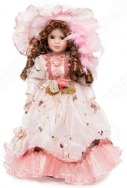 Кукла Angel Collection «Миранда»Куклы<br>Фарфоровые куклы всегда были воплощением красоты, утонченности и изящества. Их история и массовая популяризация началась со стремления Франции окончательно закрепить за собой статус страны-законодательницы мод. В то время куклы использовались в роли уменьшенных манекенов для демонстрации различных нарядов, аксессуаров и косметики. Сегодня же они являют собой настоящие произведения искусства, которые становятся центром музейных экспозиций и знаменитых кукольных коллекций. Кукла Angel Collection Миранда займет почетное место в вашей домашней коллекции. Ее образ изыскан и неповторим, отличается великолепной проработкой и особым вниманием к деталям. Миранда наряжена в пышное розовое платьице и шляпку, ее каштановые волосы уложены в красивые локоны. Одежда куклы украшена лентами, кружевом и атласными розочками.<br>