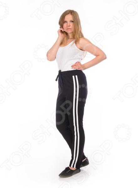 Брюки женские RAV RAV02-004Брюки. Бриджи. Шорты<br>Брюки женские RAV RAV02-004 станут отличным дополнением вашего гардероба. Модель универсальна, прекрасно подходит для повседневного ношения и хорошо смотрится с футболками, водолазками и майками. Брюки выполнены из ткани с высоким содержанием хлопка, имеют свободный крой и не стесняют движений при ходьбе. Хлопок отлично зарекомендовал себя в пошиве одежды, благодаря воздухопроницаемости, мягкости и устойчивости к истиранию.<br>