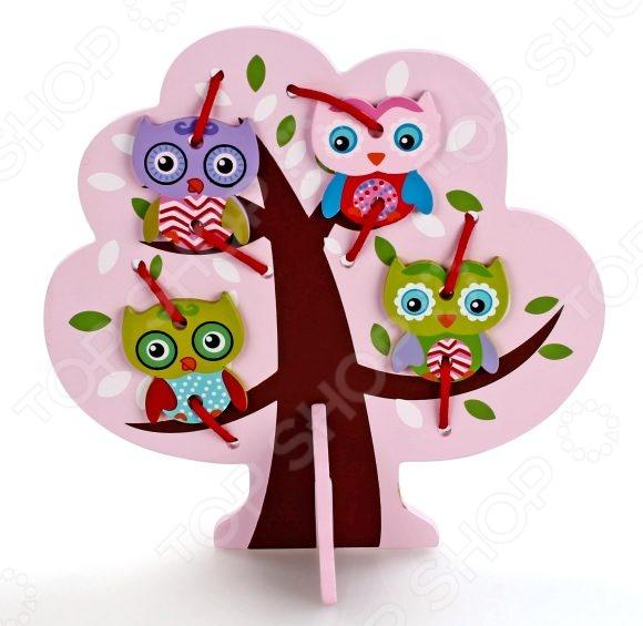 Игра развивающая для малыша Mapacha «Шнуровка. Дерево с совятами»Другие развивающие игрушки и игры<br>Игра развивающая для малыша Mapacha Шнуровка. Дерево с совятами станет чудесным подарком для вашего крохи и будет способствовать развитию у малыша мелкой моторики рук, сенсорного восприятия и логического мышления. Задача игры состоит в том, чтобы с помощью цветных шнурков привязать недостающие детали к фигурке-основе и получить законченную картинку. Детали игрушки выполнены из высококачественных материалов и покрыты стойкой нетоксичной краской.<br>