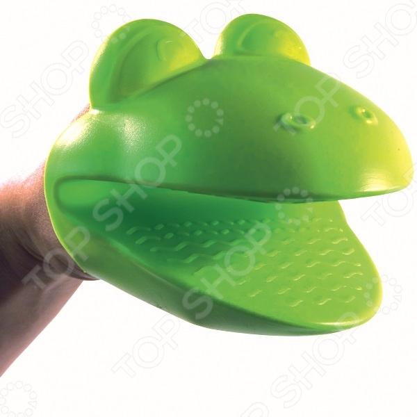 Прихватка силиконовая 31 век «Лягушка». В ассортиментеКухонные полотенца. Прихватки<br>Товар продается в ассортименте. Цвет изделия желтый или зеленый при комплектации заказа зависит от наличия товарного ассортимента на складе. Прихватка силиконовая 31 век Лягушка оригинальный кухонный аксессуар, который защитит ваши руки в процессе готовки. Вы можете смело доставать горячие блюда из духовки, ведь материал выдерживает температуру вплоть до 230 С. Рифленая поверхность не позволяет ручке выскользнуть. Кроме того, веселое оформление поднимет настроение в процессе готовки и вам, и близким. Изделие можно мыть в посудомоечной машине.<br>
