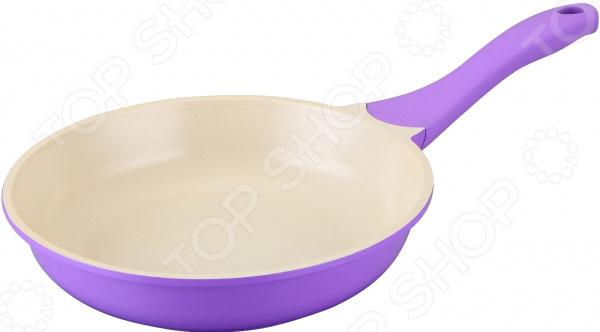 Сковорода Regent 93-AL-LI-1Сковороды<br>Сковорода Regent 93-AL-LI-1 выполнена из прочного литого алюминия. Керамическое противопригарное покрытие и многослойное дно способствуют равномерному распределению тепла, надежно защищают пищу от пригорания и позволяют использовать меньшее количество масла. Время готовки сокращается примерно на 30 , поэтому в готовом блюде сохраняются практически все витамины и полезные микроэлементы. К тому же, это покрытие абсолютно безопасно для человека и не содержит PFOA. Внешнее защитное покрытие из жаропрочного материала помогает сохранить эстетичный вид сковороды, защищает ее от механических воздействий и облегчает процесс очищения. Эргономичная рукоятка SOFT TOUCH из пластика не скользит в руках, не нагревается и легко очищается. В ней имеется отверстие для подвеса. При очищении сковороды не рекомендуется использовать агрессивные моющие средства с абразивными включениями.<br>