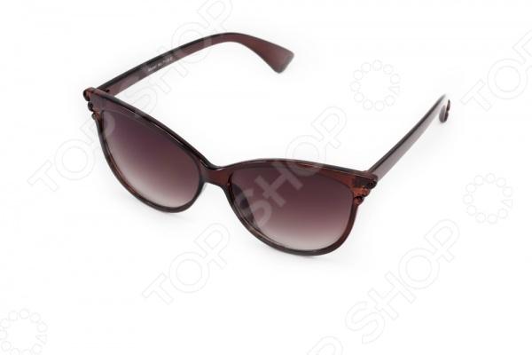 Очки солнцезащитные Mitya Veselkov MSK-7102-5Солнцезащитные очки<br>Очки солнцезащитные Mitya Veselkov MSK-7102-5 стильный аксессуар, который подчеркнет индивидуальность внешности и при этом защитит от негативно влияющих на глаза, ультрафиолетовых лучей. Градиентные линзы уменьшают интенсивность солнечного света, падающего сверху. Очки отлично прилегают к голове и не вызывают дискомфорт при длительном ношении. Насыщенный цвет оправы, дужек и линз придает очкам особую выразительность, поэтому их можно носить везде.<br>