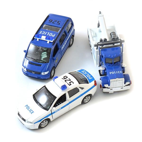 Набор машинок игрушечных Welly «Полиция» 99610-3AМашинки<br>Набор машинок игрушечных Welly Полиция 99610-3A - это замечательный набор качественных игрушек с оригинальным дизайном. Модели имеют крутящиеся колеса, изготовлены из ударопрочного пластика. Отлично подходят для игры как дома, так и на улице с друзьями. Игрушки готовы подарить вашим детям отличное времяпрепровождение и массу удовольствия за игрой. В наборе 3 штуки.<br>