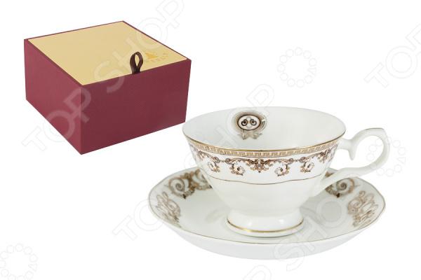 Чайная пара Emerald «Версаче Золотой»Чайные и кофейные пары<br>Emerald это известный бренд, который представляет собой интернациональную группу дизайнеров из Англии, Германии и Восточной Азии. Высокое качество исполнения отличает продукцию этого бренда. Поверхность изделий покрыта сверкающей глазурью, которая не содержит свинца. Оригинальный дизайн, высокое качество продукции и яркая индивидуальность каждого изделия вот то, что делает продукцию по-настоящему удивительной! Чайная пара Emerald Версаче Золотой это чудесный комплект на одну персону, который украсит любое чаепитие. Элементы пары сделаны из костяного фарфора, который отличается высоким качеством и мягкими линиями. Керамика хорошо удерживает тепло и очень богато смотрится на столе. Во время обеда или праздничного ужина вы сможете каждому гостю преподнести свою чайную пару, что точно понравится всем присутствующим.  В комплекте к каждой чашке идёт миниатюрное блюдце, которое идеально дополнит композицию. Все элементы украшает прекрасный детализированный рисунок. Каждая чашка представляет собой будто художественную картину, яркие краски переплетаются между собой и создают удивительное произведение искусства. Из таких чашек приятно не просто пить чай, а смаковать каждый глоток и наслаждаться вкусом насыщенного напитка. Красивая чайная композиция, восхитительный вкус чая и приятная компания вот залог хорошо проведенного вечера. В такой умиротворенной обстановке должен заканчивать каждый день, чтобы успокоиться и насладиться каждым прожитым мгновением. Чайная пара поставляется в индивидуальной подарочной упаковке, что делает продукцию отличным подарком на любой праздник!<br>