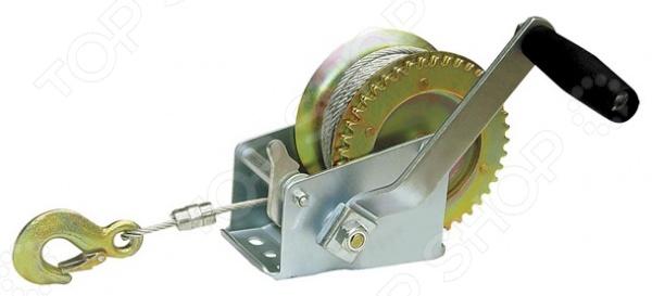 Лебедка ручная Zipower PM 4239Лебедки<br>Лебедка ручная Zipower PM 4239 используется для перемещения грузов весом до 0,5т в горизонтальном положении. Лебедка справится даже с такой сложной задачей, как вытаскивание застрявшего авто. Конструкция представлена особым шестеренчатым механизмом из стали, из этого же материала выполнен и корпус лебедки, за счет чего она обладает значительной прочностью и надежностью. Механизм изделия приводится в действие путем вращения ручки. Длина троса 10м.<br>