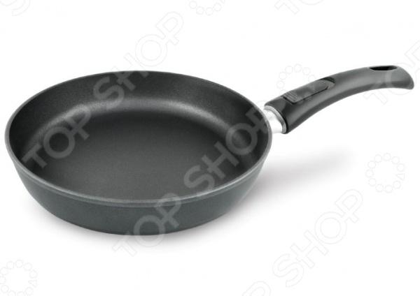 Сковорода литая Нева-металл «Титан. Надежная». Ручка: съемнаяСковороды<br>Сковорода литая Нева-металл Титан. Надежная станет незаменимой помощницей на вашей кухне. Каждая хозяйка знает, что вкусная и здоровая еда может получится только если она приготовлена в качественной посуде. Именно поэтому, при выборе такой важной кухонной утвари как сковорода, следует быть особенно внимательным. Представленная модель является образцовым примером того, какой должна быть посуда, ведь при ее изготовлении были использованы самые качественные материалы. Корпус из литого алюминия исключает возможность деформации и гарантирует долгий срок службы аксессуара. Утолщенное дно, обеспечивает идеальный контакт с конфоркой и способствует равномерному разогреванию пищи. Антипригарное покрытие позволяет готовить, практически не используя растительное масло, что значительно увеличивает полезность приготовляемой еды. Эргономичная ручка удобно ложится в ладонь. Оснащена петелькой для подвеса на крючок. При необходимости ручку можно снять, чтобы использовать сковороду в духовом шкафу.<br>