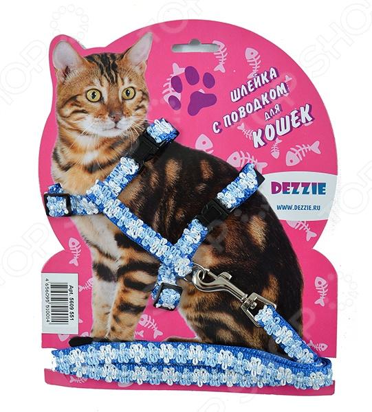 Набор для кошек: шлейка и поводок DEZZIE Флаффи . Цвет: голубой - оригинальный набор для вашей любимой кошки, который станет прекрасным решением для совместных прогулок. Стильная и красивая амуниция станет не только элегантным украшением вашего питомца, но и надежной защитой. С её помощью вы сможете следить за своим питомцем и направлять его во время прогулки. Входящие в набор шлейка и поводок выполнены из качественного нейлона, который в свою очень отличается своей прочностью и легкостью. Теперь совместные прогулки станут ещё приятней и легче.