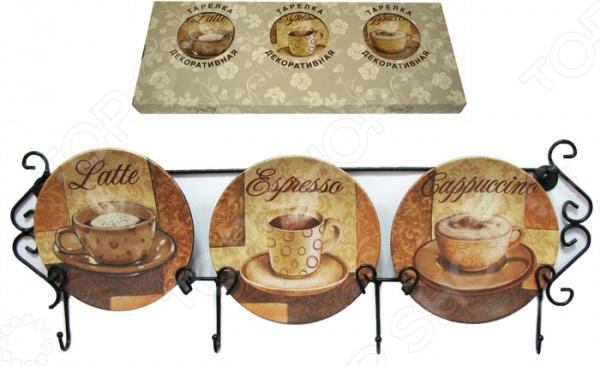 Набор из 3-х тарелок Elan Gallery «Чашка кофе» горизонтальныйДекоративные тарелки<br>Как правило, для украшения стен мы используем картины, фоторамки и зеркала. Однако, многие даже не подозревают, что оживить интерьер и придать ему особой оригинальности можно с помощью обычных тарелок. Набор из 3-х тарелок Elan Gallery Чашка кофе горизонтальный прекрасно подойдет для декорирования кухни, добавит интерьеру уюта и гармонии. В комплекте три декоративные тарелки и горизонтальное настенное крепление с крючками. Изделия выполнены из высококачественной керамики; диаметр каждой тарелки составляет 12 см.<br>