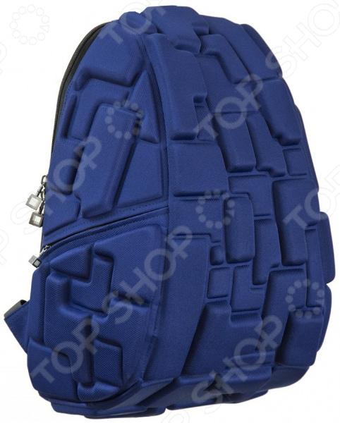 Рюкзак городской MadPax Blok FullРюкзаки<br>Рюкзак городской MadPax Blok Full прекрасное сочетание хорошего качества, комфорта носки и стильного дизайна. Прочный рюкзак с вместительным основным отделением станет надежным хранилищем для самых разнообразных вещей, в которых нуждается житель современного города. Отправляясь на прогулку, вы всегда сможете захватить и свой ноутбук, разместив его в специальном кармане рюкзака диагональ ноутбука не более 17 дюймов . В боковых частях имеются карманы для различных мелочей, к которым нужен быстрый доступ. Предусмотрена надежная петля для ношения рюкзака в руке, а также мягкие регулируемые лямки для плеч. Они достаточно широкие, что позволяет оптимально распределить нагрузку на позвоночник. Дополнительную фиксацию осуществляет поперечная лямка, застегивающаяся на груди, и особая ортопедическая спинка. Кстати говоря, она оснащена системой вентиляции, поэтому прогулки с рюкзаком за плечами даже в жаркое время не доставят вам дискомфорта. Отдельно стоит отметить несколько футуристический и очень оригинальный дизайн изделия объемные формы. Они напоминают конструктор или всем известную игру Тетрис , поэтому современные парни и девушки оценят данное изделие по достоинству. Объемные фигуры играют не только декоративную роль, но и создают некую амортизационную подушку, которая надежно защищает содержимое рюкзака от повреждения.<br>