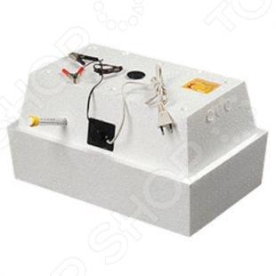 Инкубатор Олса-Сервис Золушка ИК 45 220В 12 В уникальное устройство для выведения цыплят, утят, гусят и других птенцов искусственным путем. Нагревательные элементы размещены так, что занимают максимально возможную площадь, что обеспечивает равномерное распределение тепла. Запатентованная конструкция нагревательных элементов позволяет работать инкубатору не только от электричества, но и от энергии горячей воды.  Условия процесса инкубации максимально приближены к естественным, поэтому при закладке здоровых яиц можно ожидать успешность выводимости до 100 .  Работает от сети 220 В или аккумулятора.  Корпус изготовлен из пенополистирола. Данный материал обеспечивает прибору оптимальные термодинамические свойства.  Ручной поворот яиц.