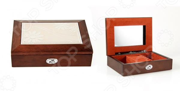 Шкатулка ювелирная Moretto 39834Шкатулки<br>Шкатулка ювелирная Moretto 39834 это изящное изделие, которое позволит оптимизировать хранение ваших украшений. Красивая и качественная шкатулка поможет дополнить уникальный интерьер вашей комнаты, она подойдет как для использования в гостиной в качестве ключницы, так и в ванной комнате для хранения косметики. Расположите шкатулку на тумбочку рядом с кроватью и с утра вы будете точно знать, где лежат ваши украшения. Шкатулка выполнена очень элегантно, удобно открывается и может оказаться чудесным подарком для любой девушки! Чтобы такой подарок прослужил вам долгие годы необходимо выполнять ряд простых правил: регулярно удалять пыль сухой, мягкой тканью. Не следует использовать мыльные растворы и воду, т.к. это оставит следы на шкатулке, которые невозможно будет удалить.<br>
