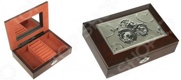 Шкатулка ювелирная Moretto 139516Шкатулки<br>Шкатулка ювелирная Moretto 139516 это изящное изделие, которое позволит оптимизировать хранение ваших украшений. Красивая и качественная шкатулка поможет дополнить уникальный интерьер вашей комнаты, она подойдет как для использования в гостиной в качестве ключницы, так и в ванной комнате для хранения косметики. Расположите шкатулку на тумбочку рядом с кроватью и с утра вы будете точно знать, где лежат ваши украшения. Шкатулка выполнена очень элегантно, удобно открывается и может оказаться чудесным подарком для любой девушки! Чтобы такой подарок прослужил вам долгие годы необходимо выполнять ряд простых правил: регулярно удалять пыль сухой, мягкой тканью. Не следует использовать мыльные растворы и воду, т.к. это оставит следы на шкатулке, которые невозможно будет удалить.<br>