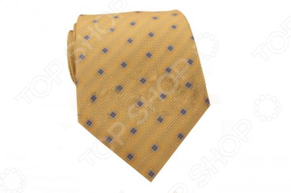 Галстук Mondigo 34242Галстуки. Бабочки. Воротнички<br>Галстук Mondigo 34242 это галстук из 100 микрофибры, украшен узором из светло-синих квадратиков. Он подходит как для повседневной одежды, так и для эксклюзивных костюмов. Подберите галстук в соответствии с остальными деталями одежды и вы будете выглядеть идеально! В современном мире все большее распространение находит классический стиль одежды вне зависимости от типа вашей работы. Даже во время отдыха многие мужчины предпочитают костюм и галстук, нежели джинсы и футболку. Если вы хотите понравится девушке, то удивить ее своим стилем это проверенный метод от голливудских знаменитостей. Для того, чтобы каждый день выглядеть по-новому нет необходимости менять галстуки, можно сменить вариант узла, к примеру завязать:  узким восточным узлом, который подойдет для деловых встреч;  широким узлом Пратт , который прекрасно смотрится как на работе, так и во время отдыха;  оригинальным узлом Онассис , который удивит всех ваших знакомых своей неповторимый формой.<br>