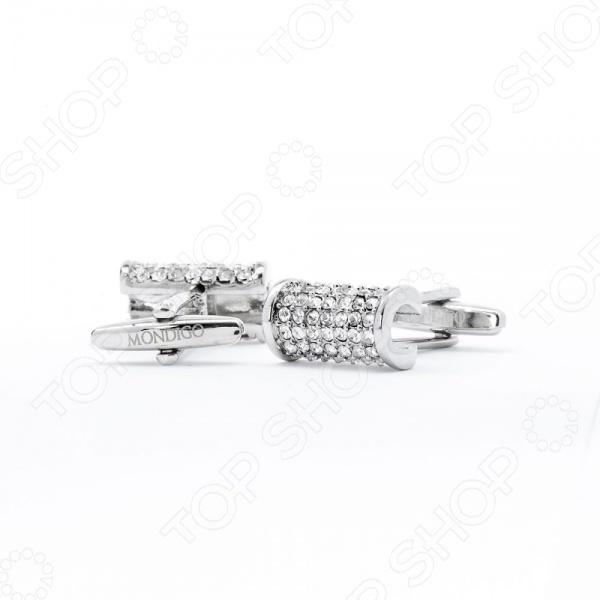 Запонки Mondigo 8084Аксессуары к одежде<br>Запонки - визитная карточка истинного джентльмена, миниатюрный и, на первый взгляд, незаметный аксессуар, между тем, явственно говорит об утонченности и изысканности своего хозяина. Запонки придают образу элегантность и завершают его. Рубашка с запонками представляет собой некий символ высокого статуса, который говорит о том, что перед вами не просто стильный мужчина, но в первую очередь - успешный и статусный человек. Кроме того, запонки позволяю мужчине продемонстрировать свою индивидуальность и выгодно подчеркнуть свой образ. Запонки Mondigo 8084 - оригинальная модель необычной формы в виде полукруглой арки, выполненная в серебряном цвете и декорированная стразами. Модель гармонично сочетает в себе строгость и роскошь, такие запонки уместны как в дневное, так и в вечернее время. Запонки сделаны из специального металла высокой пробы, которая не темнеет со временем.<br>