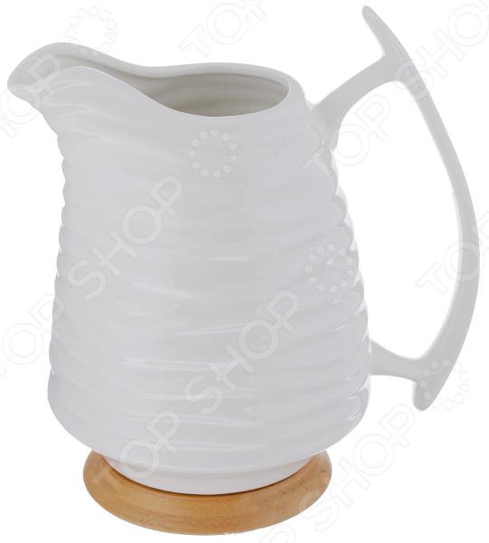 Кувшин Elan Gallery «Айсберг»Кувшины<br>Кувшин Elan Gallery Айсберг выполнен из высококачественного керамики белого цвета. Изделие обладает оригинальным и элегантным дизайном, который выделяет кувшин вреди прочей посуды. Из него очень удобно разливать сок, воду, вино и прочие холодные жидкости. К изделию предусмотрена подставка из бамбука, которая предотвратит повреждения поверхности стола. Белоснежный кувшин станет истинным украшением стола, а также практичным и полезным подарком родственникам и близким друзьям.<br>