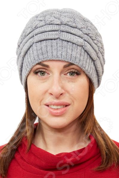 Шапка LORICCI «Элоина»Головные уборы<br>Шапка LORICCI Элоина удобный головной убор, который подойдет женщинам любого возраста. Создавайте невероятные образы каждый день с помощью этого замечательного аксессуара. Прекрасно сочетается с осенней и зимней одеждой.  Шапка двойная из вязанного трикотажного полотна.  Декорирована горизонтальными валиками, украшена бусинами в тон изделия.  Край изделия вывязан резинкой. Шапка выполнена из мягкого трикотажного полотна, состоящего на 70 из шерсти и на 30 из акрила. Материал приятен на ощупь, хорошо растягивается и комфортен в носке.<br>