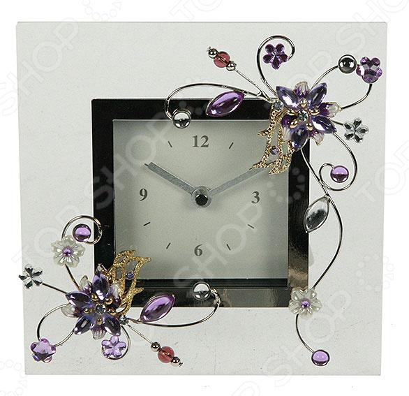 Часы настольные «Фиалка» 78863Часы настольные<br>Часы настольные Фиалка 78863 стильная и практичная модель, которая станет отличным дополнением вашего домашнего или офисного интерьера. Главная особенность данной модели настольных часов заключается в стильном и современном дизайне. Эти часы не только укажут вам точное время, но и украсят интерьер и принесут в него что-то новое. Часы оснащены кварцевым механизмом, который обеспечит качественную и бесперебойную работу. Питание осуществляется за счет батареек типа АА. Сочетание таких материалов как акрил, стекло, сплав олова и металл делают корпус довольно изящным и элегантным. При использовании часов следует проявить осторожность и по мере возможности избегать падений, так как в конструкции присутствует стекло. За часами легко ухаживать, достаточно регулярно удалять пыль сухой и мягкой тканью. Такие настольные часы станут оригинальным и неповторимым подарком для ваших родных, друзей, коллег!<br>