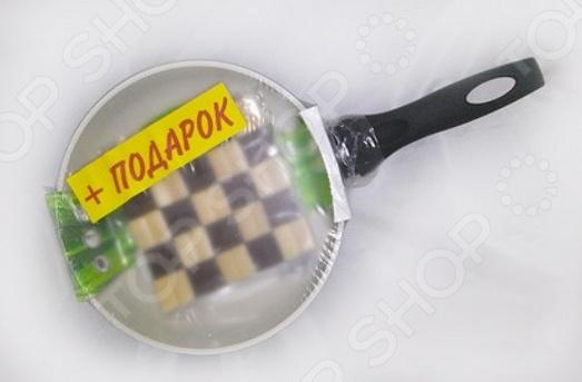 Сковорода вок и бамбуковая подставка Flonal Palladium EcoLuxВоки<br>Сковорода вок и бамбуковая подставка Flonal Palladium EcoLux удобная и практичная в использовании посуда, которая позволит вам раскрыть все ваши кулинарные таланты. Прочные стенки и термоаккумулирующее дно сковородки-вок быстро нагреваются и равномерно распределяют тепло, не давая продуктам пригореть. Специальное внутреннее, керамическое покрытие отличается удивительными антипригарными свойствами, которые позволяют готовить без использования большого количества масла. Это делает блюда не только более здоровыми и полезными, но и очень вкусными и ароматными. Эргономичная бакелитовая ручка не снимается и не нагревается, что обеспечивает дополнительное удобство при приготовлении пищи. Данная модель модель относится к лимитированной серии с приятным бонусом в виде специальной подставки, которая надежно защитит ваше настольное покрытие от раскаленных сковородок, кастрюль и прочей посуды. Подставка выполнена из прочного и натурального дерева.<br>