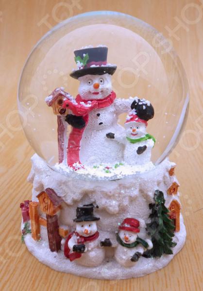 Снежный шар декоративный Crystal Deco «Снеговики»Рождественские декорации<br>Зимние праздники самые любимые и долгожданные и это не удивительно! Ведь Рождество и Новый Год это всегда ожидание чего-то невероятного, сказочного и волшебного! Для каждого, праздник представляется по своему: кто-то любит его отмечать дома за праздничным столом в кругу семьи, для кого-то это замечательный повод устроить веселый костюмированный карнавал, кто-то и вовсе предпочитает отправиться в заснеженные дали, отмечать праздник в гостях у самого Деда Мороза! Однако, где бы и как бы вы не отмечали зимние праздники, для создания по-настоящему праздничной и сказочной атмосферы очень важно уделить особое внимание украшению и оформлению интерьера. Яркие елочные шары, свечи и разноцветные огни гирлянд и конечно празднично украшенная елка все это поможет воссоздать атмосферу настоящей новогодней сказки. Снежный шар декоративный Crystal Deco Снеговики - традиционное рождественское украшение, которое уже на протяжении многих лет является самым популярным сувениром не только для взрослых, но и для детей. Снежный шар - необычное украшение, которое подарит каждому возможность в полной мере ощутить магию рождества: стоит встряхнуть шар и на фигурки находящиеся внутри посыпется снег . Разве не чудо Порадуйте своих друзей и родных таким милым и приятным презентом, подарите им возможность почувствовать себя настоящими волшебниками в канун зимних праздников! Такой презент может стать оригинальной альтернативой поздравительной открытке.<br>