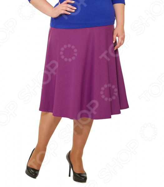 Юбка Svesta «Розалинда». Цвет: лиловыйЮбки<br>Юбка Svesta Розалинда прекрасная вещь для создания легкого женственного образа, которая идеально впишется в весенне-летний гардероб благодаря свободному крою и приятному материалу. Удобная юбка сделана из легкой ткани, поэтому прекрасно подойдет для повседневного использования.  Пояс на резинке удобно сидит на талии и не ограничивает движений.  Юбка 4-х клинка на кокетке до бедра.  Длина чуть ниже колена.  На фото с блузой Тутси . Юбка сшита из приятной на ощупь ткани 70 полиэстер, 25 вискоза, 5 лайкра . Материал не мнется, не скатывается и не линяет, быстро высыхает после стирки.<br>