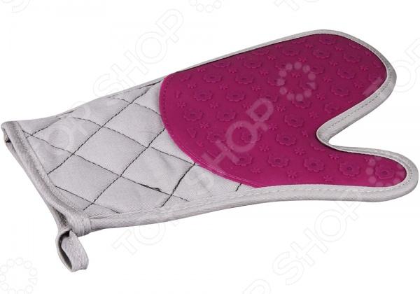Прихватка POMIDORO A2239Кухонные полотенца. Прихватки<br>Прихватка POMIDORO A2239 - практичное и функциональное дополнение к набору ваших кухонных принадлежностей. Прихватка выполнена из комбинированного термостойкого материала, который надежно защитит ваши руки от горячих противней, подносов, блюд и кастрюль. С такой прихваткой вам больше не придется искать несколько полотенец, чтобы достать выпечку или жаркое из духовки. Практичная форма в виде варежки и оригинальный дизайн позволят вам без труда управиться даже с небольшой посудой. Обратная сторона дополнена стеганной текстильной подкладкой, которая обеспечивает дополнительный комфорт вашим рукам.<br>