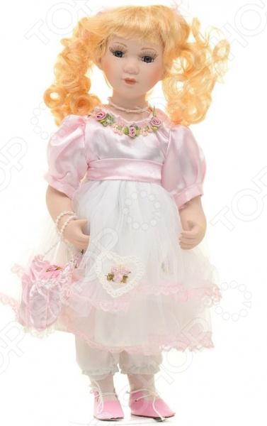Кукла Angel Collection «Мелани»Куклы<br>Фарфоровые куклы всегда были воплощением красоты, утонченности и изящества. Их история и массовая популяризация началась со стремления Франции окончательно закрепить за собой статус страны-законодательницы мод. В то время куклы использовались в роли уменьшенных манекенов для демонстрации различных нарядов, аксессуаров и косметики. Сегодня же они являют собой настоящие произведения искусства, которые становятся центром музейных экспозиций и знаменитых кукольных коллекций. Кукла Angel Collection Мелани займет почетное место в вашей домашней коллекции. Ее образ изыскан и неповторим, отличается великолепной проработкой и особым вниманием к деталям. Мелани наряжена в пышное платьице и розовые ботиночки, ее светлые волосы уложены в красивые локоны. Платье куклы украшено кружевом и атласными розочками.<br>