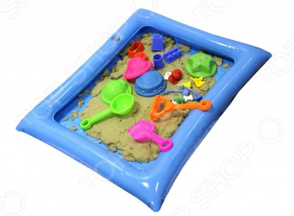 Набор для лепки из песка Bradex Smart Sand. Вес песочной массы: 1,3 кгЛепка из песка и массы<br>Набор для лепки из песка Bradex Smart Sand. Вес песочной массы: 1,3 кг отличный развивающий набор для вашего малыша, который просто обожает возиться в песке. Лепка куличиков и других различных фигурок из песка это не только увлекательное занятие, но и отличный способ в простой игровой форме развить у ребенка внимательность, фантазию, воображение и мелкую моторику руку. Но так как играть с настоящим песком можно только в теплое время года, приходиться изобретать что-то новое и универсальное. Таким изобретением стал специальный кинетический песок, который позволяет играть прямо у вас дома, не боясь, что весь стол или пол будет покрыт пылью и грязью. В набор входит 1,3 кг неокрашенного песка, специальная надувная песочника, которую можно разместить и на полу, и на столе, дополнительные фигурные формочки и инструменты. С их помощью малыш сможет слепить все что угодно - от простой разноцветной горки, до сложных и необычных фигурок, замков и крепостей. Песок не только не прилипает к рукам, но и не высыхает, отлично формируется и также легко рассыпается при необходимости. Он также немного тянется, поэтому играть с ним будет очень увлекательно!<br>