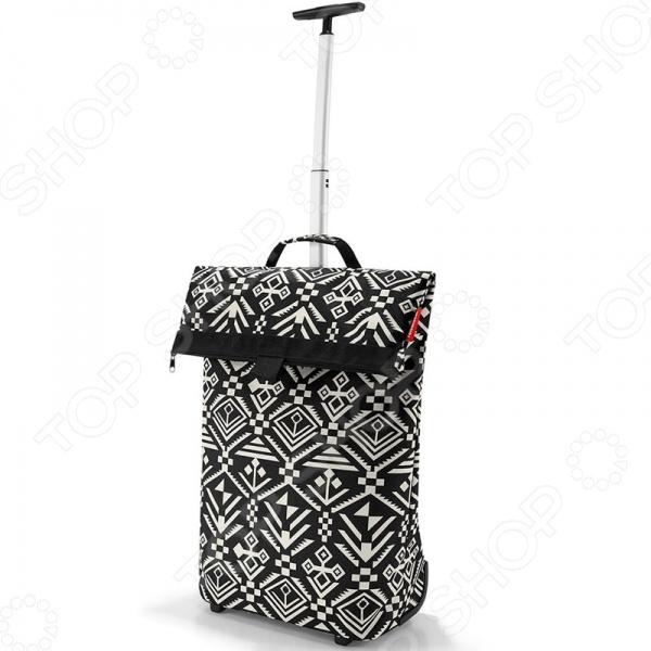 Сумка-тележка Reisenthel Trolley M hopi универсальная сумка, которая при желании увеличивается и становится сумкой-тележкой. Прекрасно подойдет для длительного передвижения с большим количеством вещей. Она весьма компактна и не займет много места. Довольно удобна для перемещений с ней как на личном, так и на общественном транспорте.  Есть карман на молнии для мелочей сзади .  Телескопическая ручка с двумя степенями сложения легко прячется в специальный карман на молнии.  Большое внутреннее отделение, объем 43 литра.