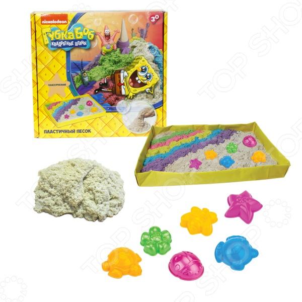 Песок кинетический Nickelodeon с песочницей и формочками «Губка Боб»Лепка из песка и массы<br>Песок кинетический Nickelodeon с песочницей и формочками Губка Боб отличная развивающая игрушка для вашего малыша, который просто обожает возиться в песке. Лепка куличиков и других различных фигурок из песка это не только увлекательное занятие, но и отличный способ в простой игровой форме развить у ребенка внимательность, фантазию, воображение и мелкую моторику руку. Но так как играть с настоящим песком можно только в теплое время года, приходиться изобретать что-то новое и универсальное. Таким изобретением стал специальный кинетический песок, который позволяет играть прямо у вас дома, не боясь, что весь стол или пол будет покрыт пылью и грязью. В набор входит 1 кг песка классического цвета и дополнительные фигурные формочки. С их помощью малыш сможет слепить все что угодно - от простой горки до необычных фигурок морских жителей. Песок не только не прилипает к рукам, но и не высыхает, отлично формируется и также легко рассыпается при необходимости. Он также немного тянется, поэтому играть с ним будет очень увлекательно. Подарите своему ребенку несколько часов увлекательной работы с кинетическим песком Nickelodeon с песочницей и формочками Губка Боб !<br>