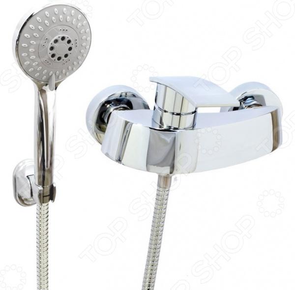 Смеситель для душа Argo AlfaСмесители для ванной комнаты<br>Смеситель для душа Argo Alfa незаменимый элемент любой ванной комнаты. Смеситель изготовлен из высококачественной латуни этот материал отличается гигиеничностью и долговечностью. Покрытие изделия выполнено из никеля и хрома оно надежно защищает смеситель от появления коррозии и продлевает срок его эксплуатации. Укомплектованная прокладка-фильтр эффективно справляется с очищением воды от механических примесей и включений. Изделие дополнено аэратором, расположенным на самом конце излива. Он эффективно смешивает воду с воздухом, делая ее более мягкой, а напор равномерным. К тому же, наличие аэратора способствует уменьшению шума при работе смесителя примерно на 25 . В комплекте представлен душевой шланг с регулируемой длиной 150-180 см , оплетка выполнена из хромированной нержавеющей стали и надежно закреплена при помощи двойного замка. Тип крепежа эксцентрик 3 4 х1 2 , диаметр соединительного отверстия 1 2 . Душевая лейка может находиться в четырех позициях: душ, массаж, аэро и душ с эффектом аэро. В комплекте:  душевой шланг растяжной;  кронштейн наклонный;  лейка четырехпозиционная;  накладки предохранительные.<br>