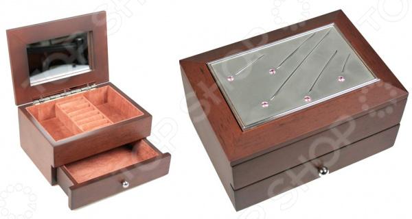 Шкатулка ювелирная двухъярусная Moretto «Кристалл» 39696Шкатулки<br>Шкатулка ювелирная двухъярусная Moretto Кристалл 39696 изящное и практичное изделие, которое не только украсит интерьер, но и станет надежным хранилищем для ювелирных изделий и бижутерии. Шкатулка разделена на секции, где можно размещать браслеты, бусы, цепочки, кулоны и пр. Также имеются небольшие отделения для хранения колец и дополнительная выдвижная полочка. Мягкая обивка внутри шкатулки предотвращает повреждение украшений или их трение друг о друга. Особенно это касается изделий с натуральными или искусственными камнями. Шкатулка изготовлена из высокопрочного МДФ, который прослужит вам длительное время и не деформируется. Он не требует к себе особого ухода, необходимо лишь периодически протирать изделие сухой мягкой тканью для удаления пыли. Шкатулка представлена в теплой шоколадной расцветке, украшена изящной серебристой вставкой.<br>