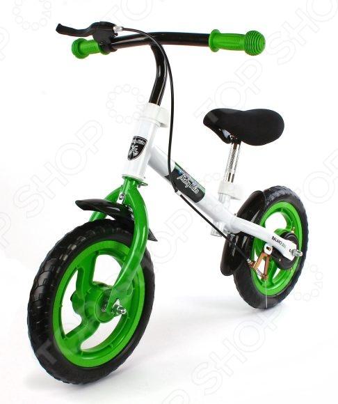 Беговел Moby Kids с ручным тормозомВелосипеды для малышей<br>Беговел Moby Kids с ручным тормозом - оригинальный спортивный инвентарь предназначенный специально для малышей. Беговел представляет собой велосипед без педалей и без цепи, который может стать прекрасной альтернативой детской каталки, детскому самокату или трехколесному велосипеду. К тому же это необычное приспособление легко и быстро подготовит вашего ребенка к езде на настоящем двухколёсном велосипеде, так как он уже сам сможет держать равновесие. Модель имеет ограничитель поворота руля для безопасности ребенка. Руль легко регулируется по высоте. Модель оснащена ручным тормозом.<br>