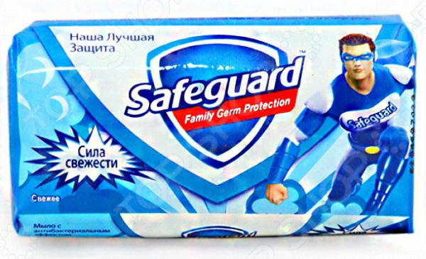 Мыло Safeguard «Сила Свежести»Туалетное мыло твердое и детское<br>Антибактериальное мыло Safeguard Сила Свежести предназначено для защиты кожи рук от бактерий и микроорганизмов. Это универсальное средство, подходящее для всех типов кожи. Особые компоненты прекрасно уничтожают до 99,9 всех известных болезнетворных микробов и обеспечивают защиту еще в течении 12 часов после смывания. Мыло не вызывает раздражения, смягчает и успокаивает кожу рук, а также эффективно ее увлажняет. Изделие отлично подходит для ежедневного использования всей семьей. Продукт выпускается в бумажной упаковке с красочным и интересным изображением супергероя по имени Safeguard. Внутри находится кусок мыла оливкового цвета, выполненного в удобной эргономичной форме. Средство превосходно пенится и хорошо смывает грязь, не пересушивая кожу рук. После смывания остается стойкий и приятный запах свежести. Антибактериальное мыло поможет поддерживать гигиену и красоту ваших рук.<br>
