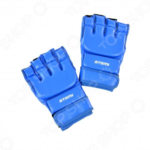 Перчатки ATEMI 05-001 - базовая модель для смешанных единоборств или боев без правил . Перчатки выполнены из высококачественной натуральной кожи, предназначены для защиты суставов рук, обладают повышенной устойчивостью к изнашиванию. На запястье перчатки прочно фиксируются широкой манжетой на липучке, которая обеспечивает быстроту и удобство одевания. В то же время фиксация запястья не сковывает движение. Перчатки mix fight ATEMI 05-001 производятся в нескольких вариантах цветов: красный, синий, черный.