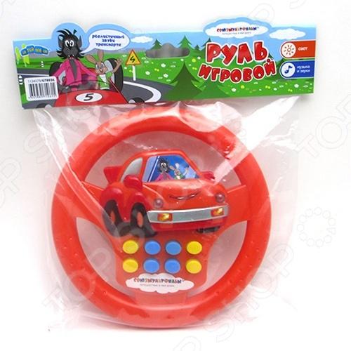 Руль электрифицированный ЗАТЕЙНИКИ GT8936 прекрасная детская игрушка, которая обязательно понравится вашему маленькому автолюбителю. Так как руль оснащен специальным электронным устройством, он может воспроизводить довольно реалистичные звуки машины. Также есть другая занимательная функция, которая позволяет зажигать фары на расположенной в центре игрушки машинке. Нажимая на разноцветные кнопки, малыш сможет также натренировать мелкую моторику, логическое мышление и сообразительность. Игрушка выполнена из качественного пластика, поэтому отличается удивительной легкостью. Малышу будет удобно держать её в руках или на коленках. Особое внимание заслуживает яркий и цветной дизайн в стиле популярных и всеми любимых персонажей мультфильма Ну, погоди! . Устройство работает на 2 батарейках типа АА не входят в комплект .
