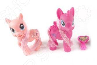 Набор фигурок-игрушек Shantou Gepai «Пони с аксессуарами»Игрушечные животные<br>Набор фигурок-игрушек Shantou Gepai Пони с аксессуарами это замечательный подарок для вашей малышки. В комплект входят две фигурки пони, которые пожаловали к нам прямиком из волшебной страны. У них роскошные гривы и длинные хвосты, за которыми можно ухаживать комплектной расческой. Яркие фигурки откроют новые сюжеты для маленькой принцессы и разнообразят игровые ситуации. Набор фигурок-игрушек Shantou Gepai Пони с аксессуарами способствует развитию зрительной координации, воображения и мелкой моторики рук. Кроме того, тренируется наблюдательность, образное восприятие и логическое мышление.<br>