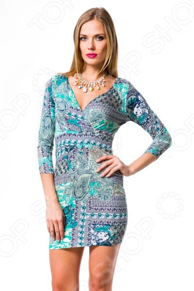 Платье Mondigo 8654. Цвет: бирюзовыйПовседневные платья<br>Ни для кого не секрет, что мужчины гораздо чаще обращают внимание на женщин в платье, нежели на особ в джинсах и рубашках. И это не удивительно, ведь именно платье является исключительно женским предметом гардероба. Брюки, джинсы, рубашки и свитера женщины делят с сильной половиной человечества, даже юбки не являются исключительно женской вещью. Но только не платье! Платье безраздельно принадлежит женщине. Именно оно является самым важным элементом в гардеробе каждой модницы. Платье дарит ощущение женственности, выгодно подчеркивая изящные линии фигуры, делая свою обладательницу более изящной и женственной или строгой и сексуальной. Современная модная индустрия предлагает платья на любой вкус и фигуру, для любого времени года и события, остается только выбрать то, что подойдет именно вам. Платье Mondigo 8654 - стильная модель длины мини с глубоким декольте. Такое платье не позволит остаться вам незамеченной, будьте готовы к тому, что к вам будут прикованы пристальные взгляды окружающих. Платье с рукавом 3 4 приталенного силуэта подчеркнет все достоинства вашей фигуры и позволит продемонстрировать стройные ноги. Платье украшено оригинальным принтом.<br>