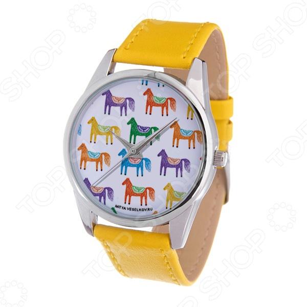 Часы наручные Mitya Veselkov «Цветные лошадки» GoldЖенские наручные часы<br>Не секрет, что правильно подобранные аксессуары вершат весь образ, добавляют ему законченности и помогают грамотно расставить цветовые акценты. Наручные часы же являются не просто стильным украшением, но и весьма функциональным аксессуаром. Именно поэтому, наряду с оригинальным дизайном и влиянием модных тенденций, при их выборе важно учитывать вид часового механизма и качество используемых материалов. Часы наручные Mitya Veselkov Цветные лошадки Gold станут отличным дополнением к набору ваших аксессуаров. Модель отличается стильным дизайном и прекрасным качеством исполнения, хорошо сочетается с яркими нарядами и изящными украшениями. Корпус часов выполнен из минерального стекла, а крышка корпуса из стали. Ремешок изготовлен из натуральной кожи, застежка классическая. Механизм часов кварцевый Citizen Япония .<br>