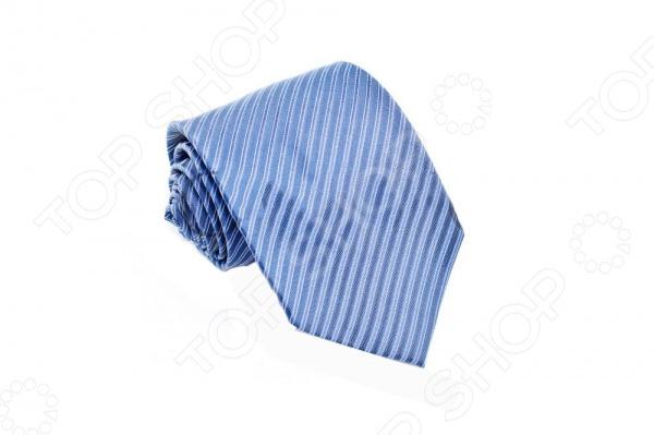 Галстук Mondigo 44827Галстуки. Бабочки. Воротнички<br>Галстук Mondigo 44827 это галстук из 100 шелка, украшен сине-голубой полоской, отливающую шелковым глянцем. Он подходит как для повседневной одежды, так и для эксклюзивных костюмов. В дополнение к галстуку вы получите нагрудный платок. Подберите галстук в соответствии с остальными деталями одежды и вы будете выглядеть идеально! В современном мире все большее распространение находит классический стиль одежды вне зависимости от типа вашей работы. Даже во время отдыха многие мужчины предпочитают костюм и галстук, нежели джинсы и футболку. Если вы хотите понравится девушке, то удивить ее своим стилем это проверенный метод от голливудских знаменитостей. Для того, чтобы каждый день выглядеть по-новому нет необходимости менять галстуки, можно сменить вариант узла, к примеру завязать:  узким восточным узлом, который подойдет для деловых встреч;  широким узлом Пратт , который прекрасно смотрится как на работе, так и во время отдыха;  оригинальным узлом Онассис , который удивит всех ваших знакомых своей неповторимый формой.<br>