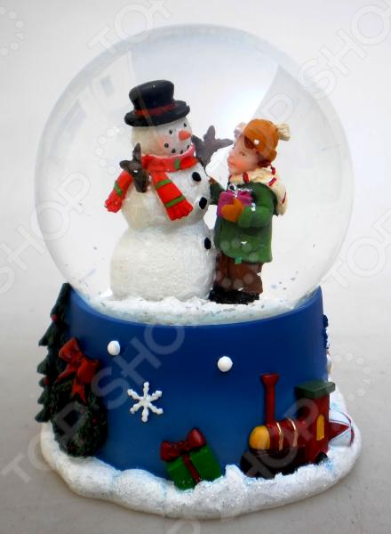 Зимние праздники самые любимые и долгожданные и это не удивительно! Ведь Рождество и Новый Год это всегда ожидание чего-то невероятного, сказочного и волшебного! Для каждого, праздник представляется по своему: кто-то любит его отмечать дома за праздничным столом в кругу семьи, для кого-то это замечательный повод устроить веселый костюмированный карнавал, кто-то и вовсе предпочитает отправиться в заснеженные дали, отмечать праздник в гостях у самого Деда Мороза! Однако, где бы и как бы вы не отмечали зимние праздники, для создания по-настоящему праздничной и сказочной атмосферы очень важно уделить особое внимание украшению и оформлению интерьера. Яркие елочные шары, свечи и разноцветные огни гирлянд и конечно празднично украшенная елка все это поможет воссоздать атмосферу настоящей новогодней сказки. Снежный шар декоративный Crystal Deco Снеговик с мальчиком - традиционное рождественское украшение, которое уже на протяжении многих лет является самым популярным сувениром не только для взрослых, но и для детей. Снежный шар - необычное украшение, которое подарит каждому возможность в полной мере ощутить магию рождества: стоит встряхнуть шар и на фигурки находящиеся внутри посыпется снег . Разве не чудо Порадуйте своих друзей и родных таким милым и приятным презентом, подарите им возможность почувствовать себя настоящими волшебниками в канун зимних праздников! Такой презент может стать оригинальной альтернативой поздравительной открытке. Размер 8,5 7 см. Материал: полистоун.