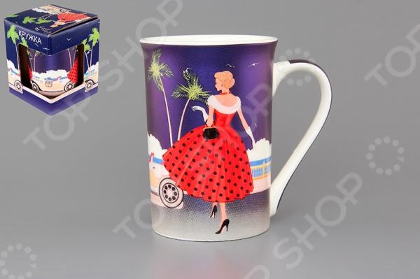 Кружка Elan Gallery «Девушка в красном платье на синем»Кружки. Чашки<br>Кружка Elan Gallery Девушка в красном платье на синем изготовлена из высококачественной керамики и украшена декоративным рисунком. Заварите крепкий, ароматный кофе или чай в представленной модели, и вы получите заряд бодрости, позитива и энергии на весь день! Классическая форма и яркая цветовая гамма изделия позволят наслаждаться любимым напитком в атмосфере еще большей гармонии и эмоциональной наполненности. Кружка Elan Gallery Девушка в красном платье на синем является прекрасным подарком для ваших любимых, родных и близких. Внимание! Не рекомендуется применять абразивные моющие средства. Не использовать в микроволновой печи.<br>