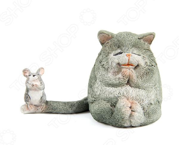 Фигурка декоративная «Кот и мышка» 22925Статуэтки и фигурки<br>Фигурка декоративная Кот и мышка 22925 это милая статуэтка, которая поможет разнообразить ваш интерьер. В зависимости от своих предпочтений вы можете установить фигурку в гостиной или зале, но она будет отлично смотреться и на прикроватной тумбочке в спальне или на рабочем столе. Такие симпатичные вещицы это еще и отличный способ отдохнуть на работе, если вы работаете на компьютере. Установите фигурку на столе и когда почувствуете усталость просто переведите на неё взгляд. Буквально через несколько минут вы почувствуете, что глаза снова готовы к работе и усталость проходит. Делать такие маленькие перерывы необходимо для вашего здоровья, но очень тяжело если вы целый день смотрите в экран монитора. Эта статуэтка может стать удачным подарком для любого офисного работника. Ухаживать за ней очень легко, но следует регулярно удалять пыль сухой и мягкой тканью.<br>