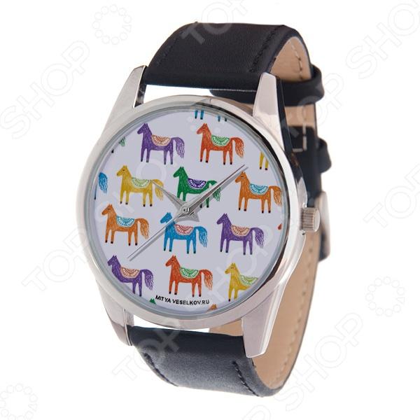Часы наручные Mitya Veselkov «Цветные лошадки» MVНаручные часы унисекс<br>Не секрет, что правильно подобранные аксессуары вершат весь образ, добавляют ему законченности и помогают грамотно расставить цветовые акценты. Наручные часы же являются не просто стильным украшением, но и весьма функциональным аксессуаром. Именно поэтому, наряду с оригинальным дизайном и влиянием модных тенденций, при их выборе важно учитывать вид часового механизма и качество используемых материалов. Часы наручные Mitya Veselkov Цветные лошадки MV станут отличным дополнением к набору ваших аксессуаров. Модель отличается стильным дизайном и прекрасным качеством исполнения, хорошо сочетается с яркими креативными нарядами и оригинальными украшениями. Корпус часов выполнен из минерального стекла и сплава металлов. Ремешок изготовлен из натуральной кожи, застежка классическая. Механизм часов кварцевый Citizen Япония .<br>