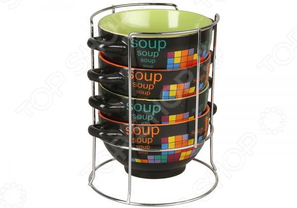 Набор бульонниц Rosenberg 8825Суповые тарелки<br>Набор бульонниц Rosenberg 8825 - комплект из четырех ярких и стильных бульонных чашек, которые станут великолепным украшением вашего обеденного стола. Набор идеально подойдет для сервировки борщей, бульонов, горячих блюд. Бульонные чашки отличаются практичной и удобной формой, благодаря которой суп будет остывать быстрее, но при этом оставаться теплым и вкусным. Для большего удобства предусмотрены две ручки. Главным преимуществом бульонных чашек является их вместительный объем - 650 мл. Изделия выполнены из высококачественной керамики, которая обеспечивает экологичность и долговечность. Эстетичные формы и дизайн станут стильным дополнением вашего кухонного интерьера и порадуют ваших родных и гостей. Для компактного хранения набора предусмотрена специальная металлическая подставка.<br>